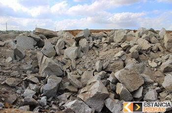 Desmonte de rochas em Santa Bárbara do Monte Verde com explosivo