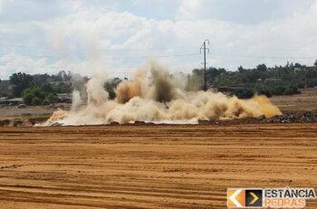 Desmonte de rochas em Bariri com explosivo