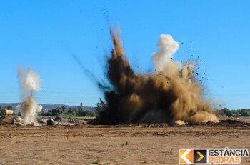 Desmonte de rochas em Frutal com explosivo