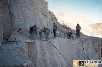Demolição de pedras e rochas em Uruana de Minas com pyroblast