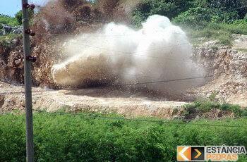 Demolição de pedras em Prudente de Morais com explosivo