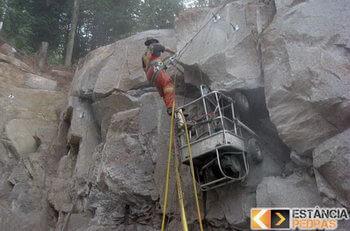 Demolição de rochas em Santa Bárbara do Monte Verde com cunhas pneumáticas