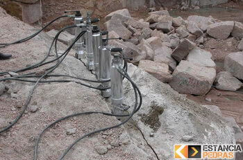 Desmonte de rochas em Santa Bárbara do Monte Verde com cunha pneumática