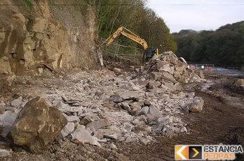 Desmonte de pedras e rochas em Estiva com escavadeira hidráulica (picão)