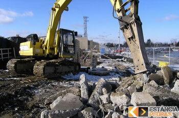 Demolição de rochas em Bilac com escavadeira hidráulica (picão)