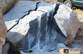 Desmonte de rochas em Bilac com massa expansiva